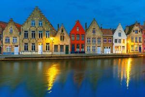 natt bruges kanal med vackra färgade hus foto