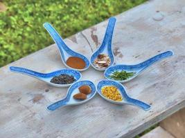 kinesiska skedar med kryddor i dem foto