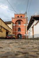 kyrklig gränd på san cristobal de las casas. chiapas. foto