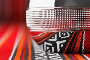 dallah kruka på traditionellt arabiskt rött tyg foto