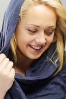 ung arabisk vacker kvinnastående foto