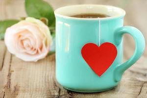 kopp te med hjärtformad tepåse foto