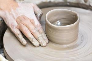 gör en keramikmugg på hjulet