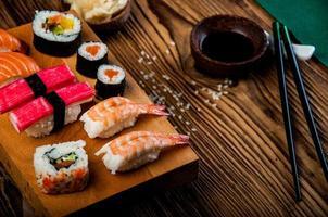 orientalisk japansk sushiset med skaldjur foto
