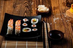 underbar sushiset, orientaliskt tema på det gamla träbordet foto