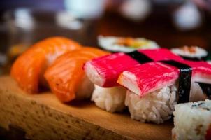 färgglad välsmakande sushi foto