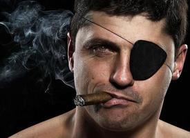porträtt av pirat med en cigarr foto
