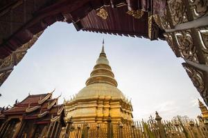 wat phra som hariphunchai i lamphun, Thailand. foto