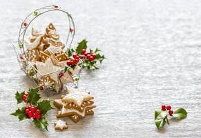 jul pepparkakor och järnekgren dekoration foto