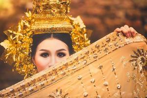 vacker thailändsk dam i thai traditionell dramaklänning foto