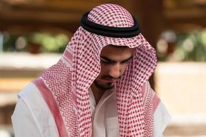 muslim som ber i moskén foto