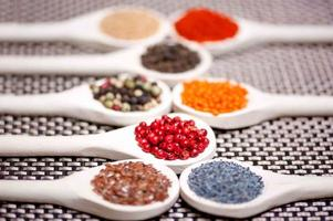 samling av kryddor med pepparkorn, baljväxter, ärtor, linser