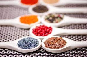 samling av kryddor med bönor, baljväxter, ärtor, linser foto