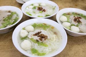 skålar med sydostasiatisk fiskbollnudelsoppa foto
