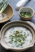 ris soppa med fläsk och grön lök foto
