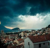 stormiga himlar ovanför budva, montenegro foto