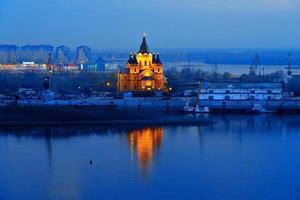 utsikt över katedralen alexandr nevsky på natten foto
