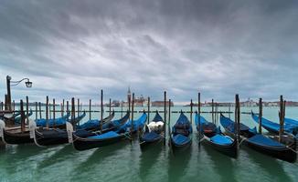 gondoler och kyrkan San Giorgio Maggiore foto