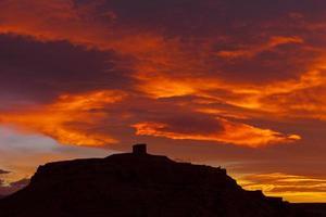 silhuett av ait benhaddou med röda moln på soluppgång, fortifie