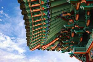 takfot av paviljong, blå himmel och harmoni foto