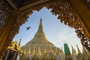 shwedagon pagod med blå himmel. yangon. myanmar eller burma.