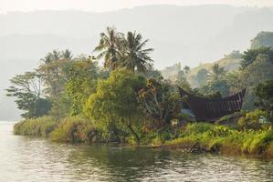 batak-hus på samosirön nära sjön Tob foto