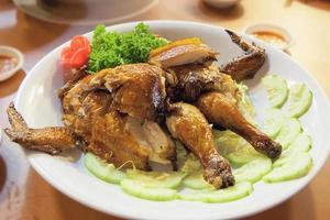 kinesisk hel stekt kyckling närbild foto