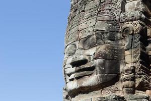 ansiktet på kungen jayavarman vii i bayon templet foto