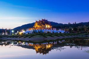 traditionell Chiang Mai, thailändsk arkitektur i lannastilen foto