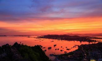 stad om natten i halong, quangninh, Vietnam foto
