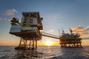 olje- och gasplattform i viken foto