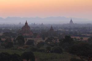 vackert landskap med pagoder foto