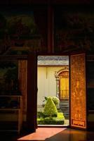 interiör i det buddhistiska templet med den öppna dörren, Thailand foto