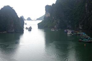 båtar i Halong Bay foto