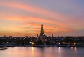 wat arun solnedgång ljus reflexionspool i bangkok thailand. foto
