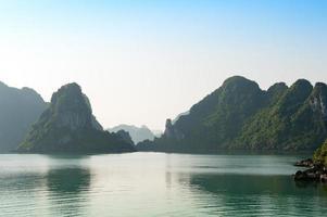 ha lång vik och silhuetter berg Vietnam foto