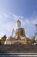 buddha på wat phra att doi kham foto