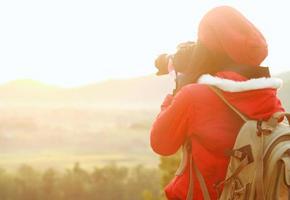 naturfotograf tar bilder under vandring foto