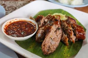 thailändsk kryddig korv med sås foto
