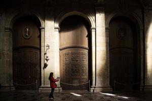 röd jacka kvinna förlorad i storstad foto