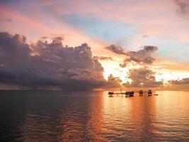 olje- och gasplattform på morgonen, soluppgång foto