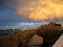 biarritz kustlinje och gul himmel foto
