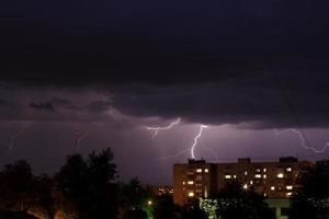 åskväder med blixtnedslag foto