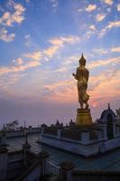 buddha staty stående vid wat phra att khao noi foto