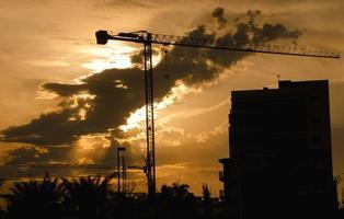 konstruktionskran - silhuett i skymningen foto