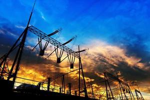 transmissionstorn i solnedgången foto