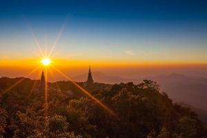 pagod på toppen av berget vid intanon nationalpark foto