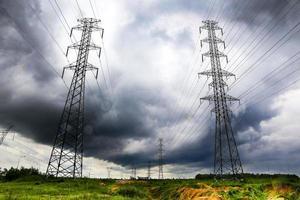 högspänningsledningar i storm foto