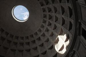 kupolens inre valv med runda hål foto