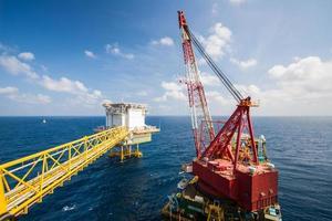 stort kranfartyg som installerar plattformen i offshore foto